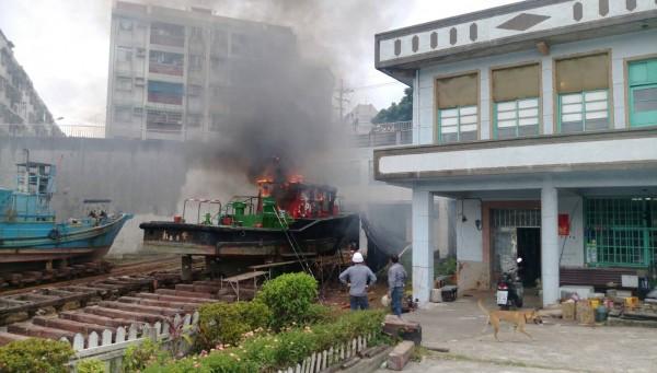 基隆港務分公司引水人辦公室永安號接駁船進廠歲修反被燒毀。(記者林嘉東翻攝)
