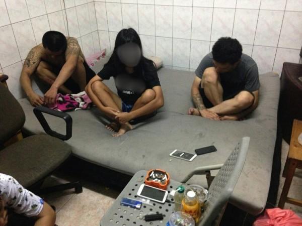 少年隊在鐵皮屋內查獲逃家少女(中),以及涉嫌供毒的潘男(左)、曹男(右)2人,一併帶回偵訊。(記者黃良傑翻攝)
