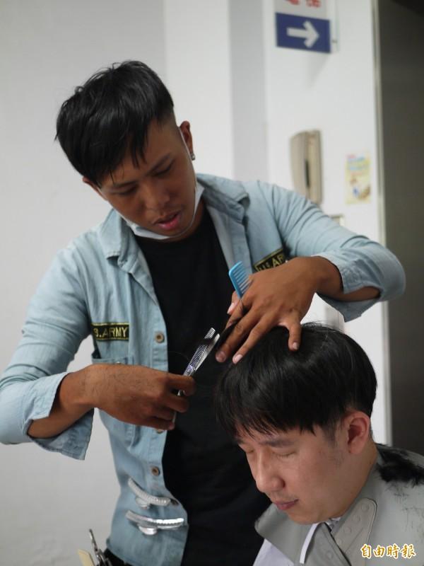 髮型設計師暖男林桄瑋得到猛爆性肝炎後,大病初癒的他開始全台環島義剪之旅。(記者簡惠茹攝)