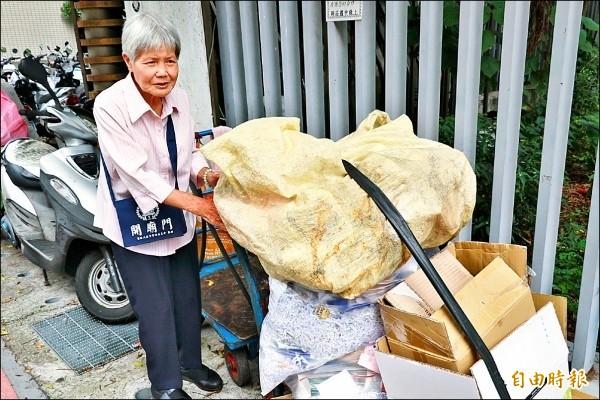 新北市阿嬤葉勝子將她做資源回收存下來的錢,買了一輛復康巴士捐贈給新北市政府;又捐出百萬給國小。(資料照,記者何玉華攝)
