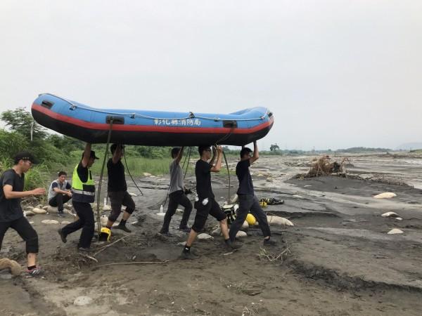 彰化縣消防隊出動橡皮艇,準備橫渡端急濁水溪。(記者陳冠備翻攝)