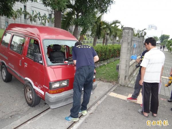 警方在車禍現場訊問肇事的洪姓男子(右白衣者),並在肇事的紅色小貨車上採證。(記者王俊忠攝)