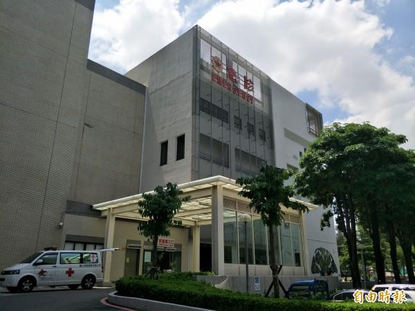 成大醫院表示,女子正搶救中。(記者邱灝唐攝)