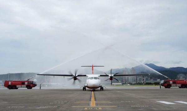 遠東航空首架ATR72-600今天抵達松山機場。(遠東航空提供)