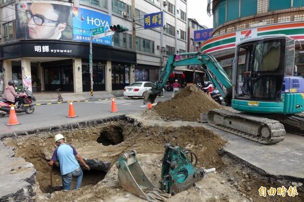 彰化和美五條通今天開挖,就發現有掏空情況。(記者劉曉欣攝)