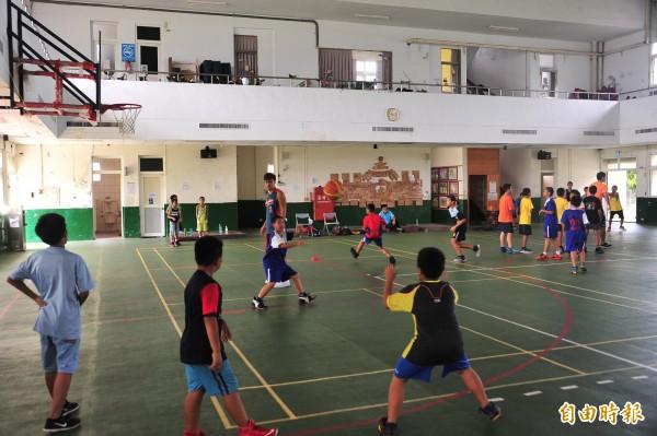 潘志偉四年前返回故鄉執教,與僑勇國小的教練李孟龍搭配,特別著重國小選手的「態度」。(記者蔡宗憲攝)