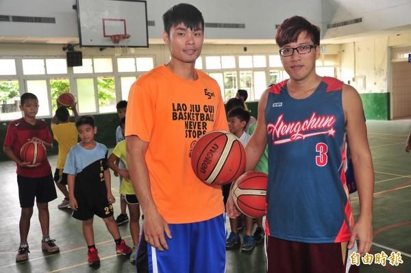 出身甲級聯賽選手的潘志偉(左),四年前返回故鄉執教,與僑勇國小的教練李孟龍(右)搭配,特別著重國小選手的「態度」。(記者蔡宗憲攝)