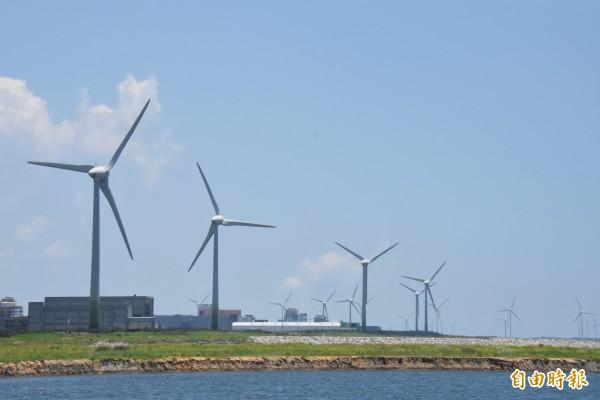 彰濱工業區陸上風機密集林立,蔚為地方特色。(記者張聰秋攝)