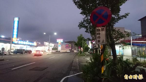 民生路車輛違停才在沿路設禁止臨時停車標誌牌,尤其是安全島的缺口前後要立牌警告。(記者楊金城攝)