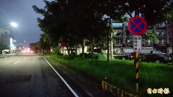 新營民生路一整排禁止臨時停車標誌牌有21支。(記者楊金城攝)