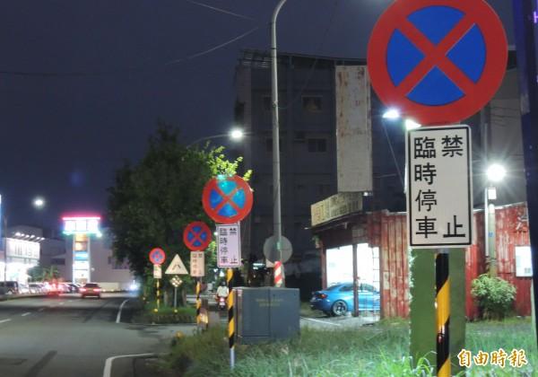 新營民生路密集的禁停標誌牌很誇張。(記者楊金城攝)
