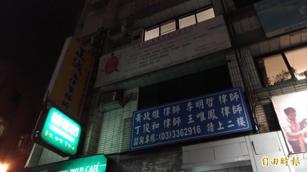 黃政雄與3位律師在桃園市桃園區開設律師事務所。(記者鄭淑婷攝)