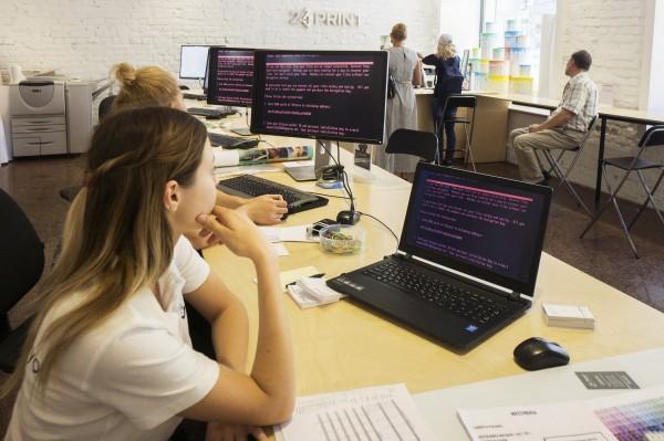 根據倫敦勞合社公布的報告,全球每次重大的網路攻擊可能平均導致530億美元經濟損失,相當於一次天然災害造成的損失,如2012年襲擊美國的珊蒂颶風。(彭博)
