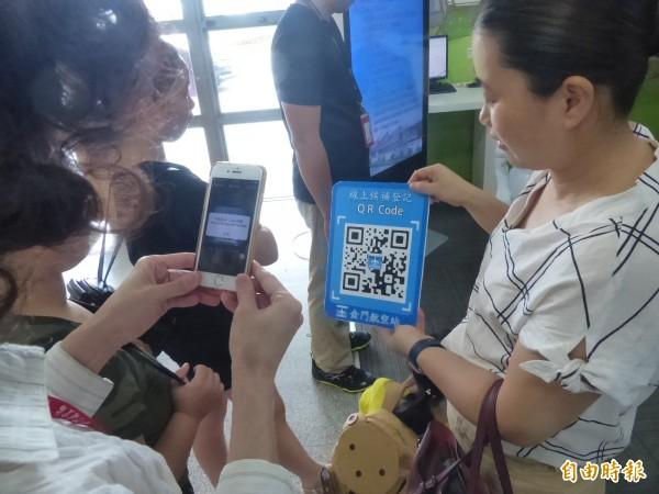 金門航空站啟動「線上會員候補系統」,現場就有旅客立即上線登錄。(記者吳正庭攝)