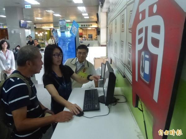金門航空站啟動「線上會員候補系統」,現場馬上就有背包客上前了解系統功能。(記者吳正庭攝)