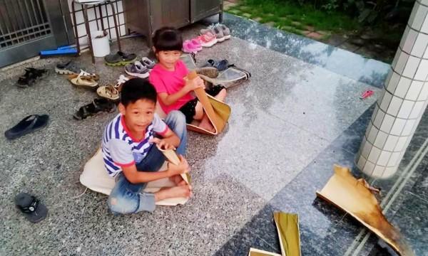 林鶴林的兒女測試大王椰子葉座墊。(林鶴林提供)
