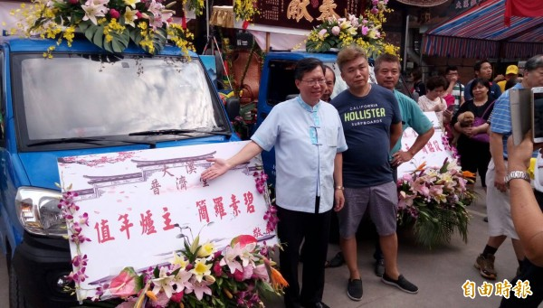 桃園市長鄭文燦今天一早前往大溪普濟堂向關聖帝君祝壽。(記者李容萍攝)