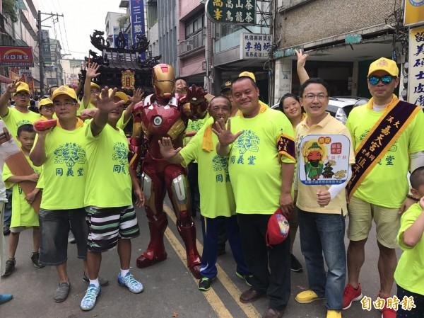 桃園市議員楊朝偉邀請鋼鐵人助陣,沿途吸引民眾爭相合影。(記者李容萍攝)