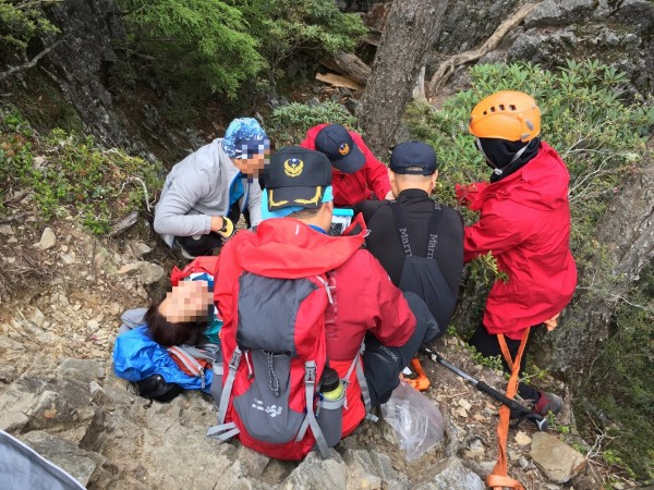 汪女登山不慎摔落1公尺的陡坡,造成右腳受傷骨折,台中市消防局獲報前往救援。(記者歐素美翻攝)