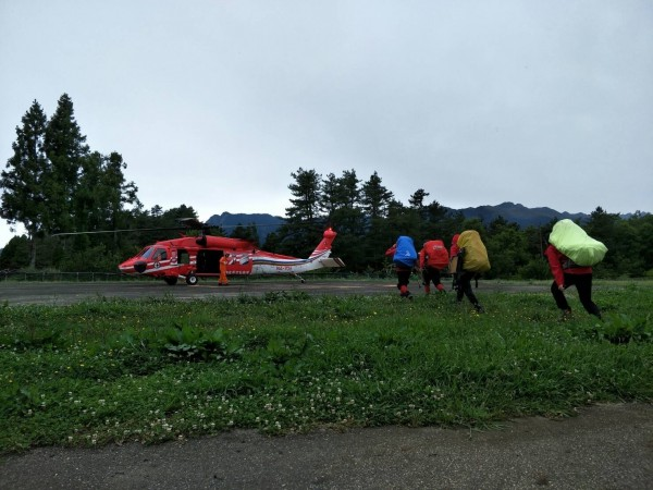 空勤隊出動直昇機到福壽山農場載送搜救人員上山搜救汪女。(記者歐素美翻攝)