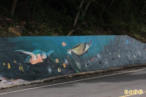 小琉球生態廊道旁,伴有「生態圖鑑」,現在已成景點。(記者陳彥廷攝)