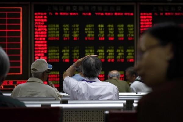 中國第二季經濟成長年增率達6.9%,優於市場預期,週一中國股市卻重挫,主要因為市場擔憂,中共高層在結束5年一度的「全國金融工作會議」後,中國將對金融市場進行更嚴格的監管,以及中國證監機構將核准更多企業上市(IPO)。(法新社)