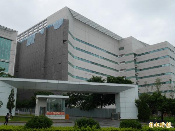 股王大立光位於總部旁的新廠已經完工,預計將招募4500名員工,總部大門口招工布條始終掛著。(記者陳梅英攝)