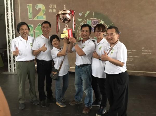 古坑草嶺石壁嵩岳咖啡莊園郭章盛(右3)榮獲今年台灣咖啡12強+1邀請賽榮獲「冠中冠」肯定。(郭章盛提供)