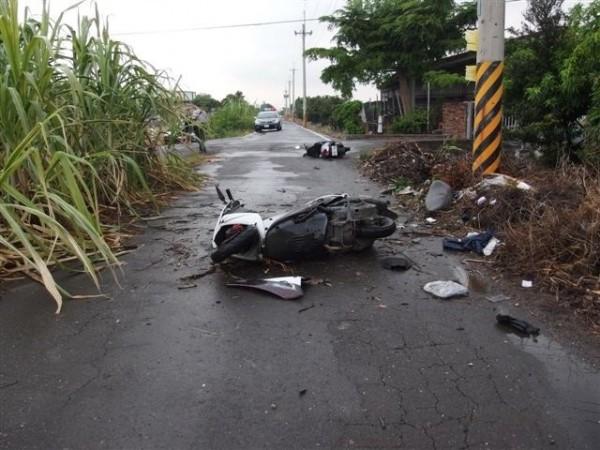 酒駕翁因為被警方追逐,在產業道路發生車禍。(記者葉永騫翻攝)