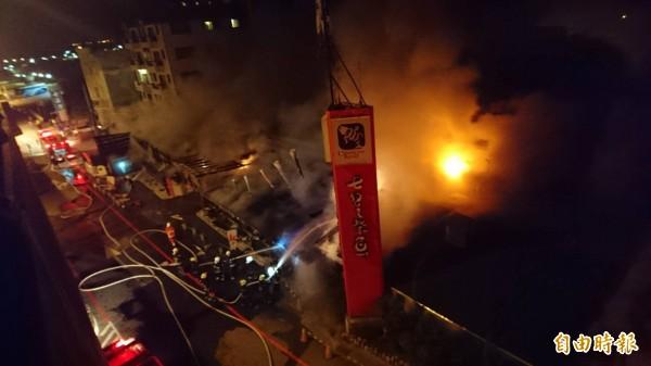 花蓮知名七星潭柴魚博物館今天凌晨3時發生大火。(記者王峻祺攝)