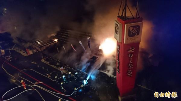 目前警消仍在搶救當中,起火原因暫時不明。(記者王峻祺攝)