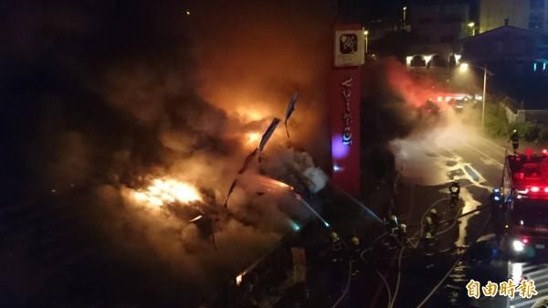 花蓮知名七星柴魚博物館今天凌晨3時發生大火,因現場全為木造鐵皮屋,導致火勢燃燒猛烈。(記者王峻祺攝)