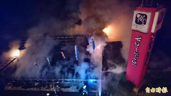 花蓮七星柴魚博物館今天凌晨發生大火,濃煙火舌不斷從建築物竄出,熊熊火光瞬間照亮七星潭黑夜,加上現場爆炸聲不斷,嚇壞不少住在七星潭附近的遊客及住戶。(記者王峻祺攝)