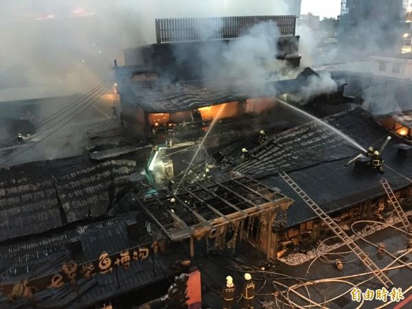 因博物館內的地下室大量推放用來燻柴魚用的龍眼木材,導致火勢持續悶燒,直到5時才控制住。(記者王峻祺攝)