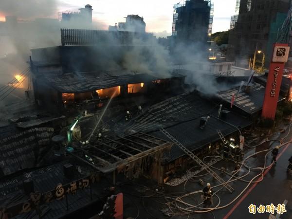 花蓮知名七星柴魚博物館今天凌晨3時發生大火,因建築物多為木造鐵皮屋,導致500坪園區全被火煙吞噬,損失慘重。(記者王峻祺攝)