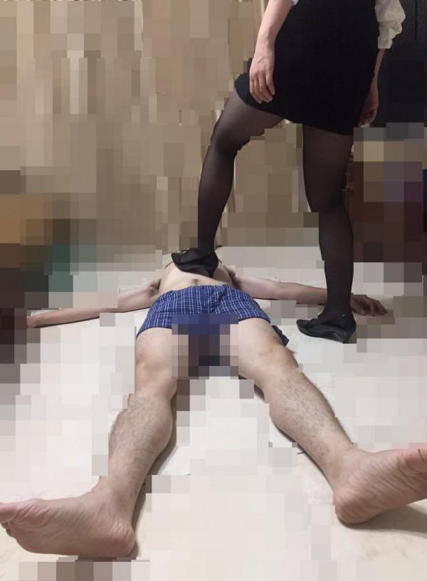 現代人壓力大,有不少民眾低調透過臉書或網路秘密社團尋找主奴角色扮演(BDSM皮繩愉虐),由心儀「女王」演出腳虐、綑綁、滴蠟、強制射精等性虐待遊戲。(記者王駿杰翻攝)