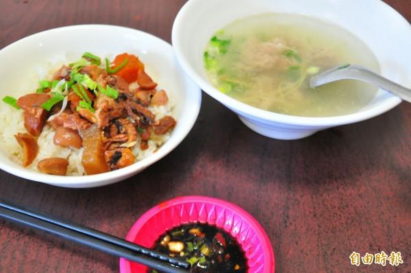 許記小吃部的萬三湯及古早味滷肉飯,為店內招牌。(記者劉禹慶攝)