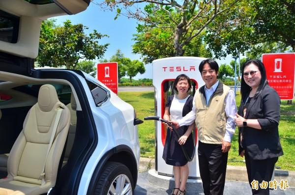 市長賴清德(中)參與特斯拉超級充電站的啟用儀式。(記者吳俊鋒攝)