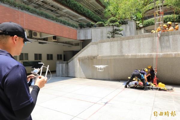 空拍義消戶外示範操作空拍機協助救災救護過程。(記者何宗翰攝)
