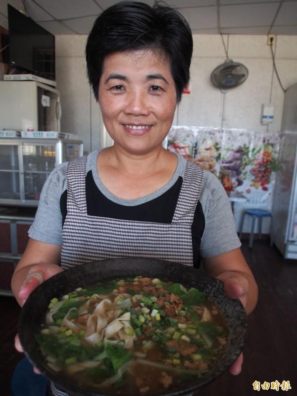 來自福州的黃美琴,煮出家鄉味。(記者王秀亭攝)