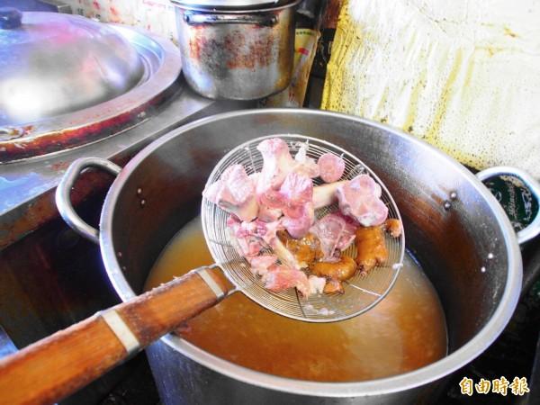 豬大骨加入老將熬煮的湯頭,中和了牛、羊肉麵油膩感。(記者王秀亭攝)