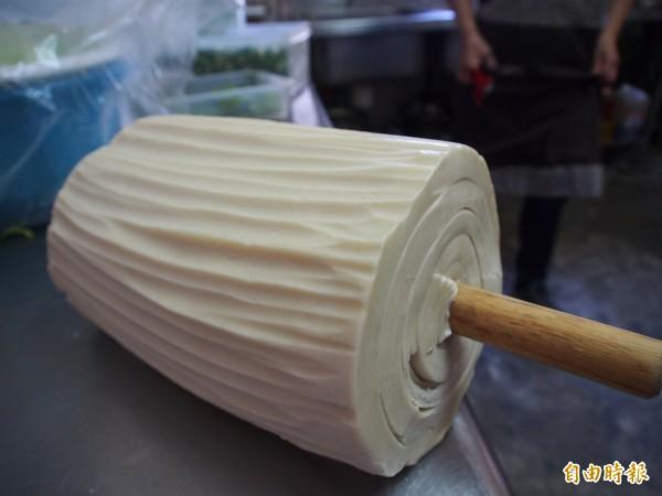 黃美琴手工製作的刀削麵。(記者王秀亭攝)