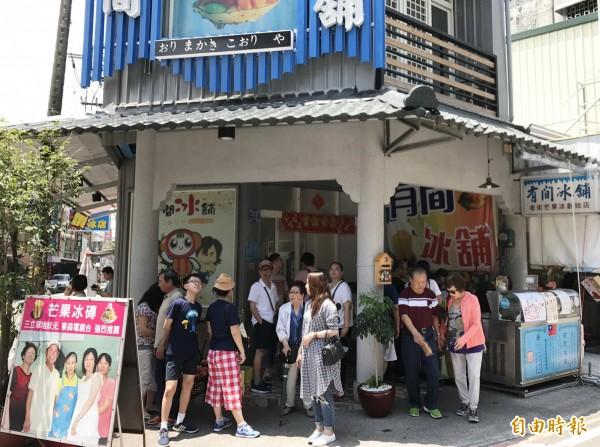 每逢例假日,遊客湧入有間冰舖,店外可見都排隊人潮。(記者吳俊鋒攝)