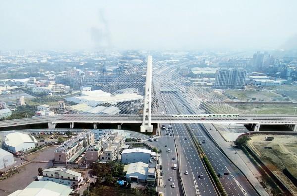 中科路跨越台74線橋樑採景觀斜張橋設計。(記者張菁雅翻攝)