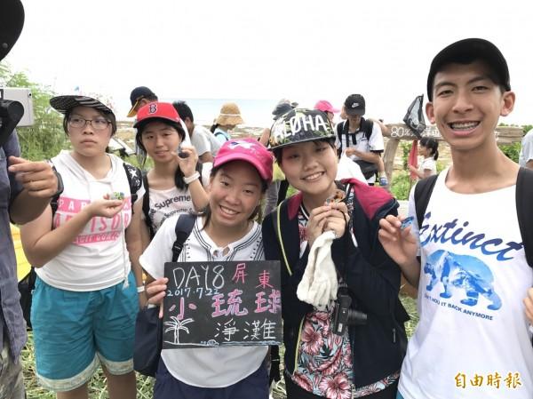 小琉球海灘貨幣,吸引許多民眾前來淨灘,用咖啡豆袋、米袋淨灘垃圾的體驗,直呼「很有趣!」。(記者陳彥廷攝)