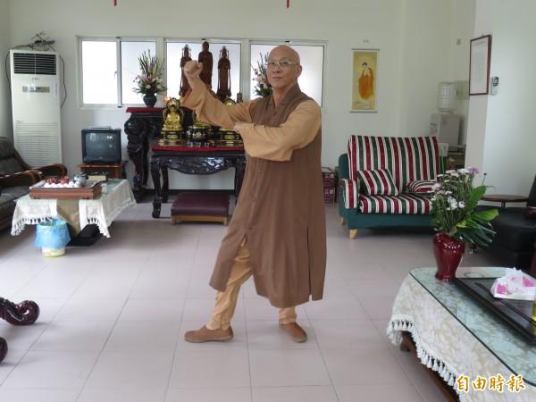 集集鎮國寺開山方丈廣心法師示範佛歌體操,讓學佛活潑有趣,也能活絡筋骨。(記者劉濱銓攝)