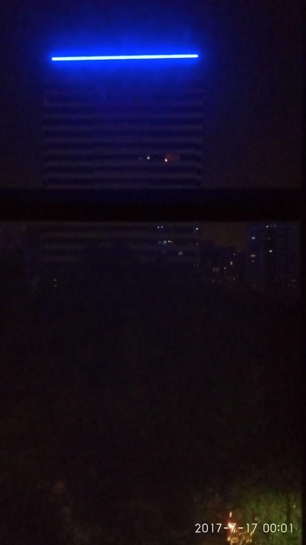 林口一棟老字號的商辦大樓,去年初加裝藍色LED,影響周遭社區大樓住戶睡眠,卻因無光害法源可規範,住戶只好四處陳情。(擷取自網路)