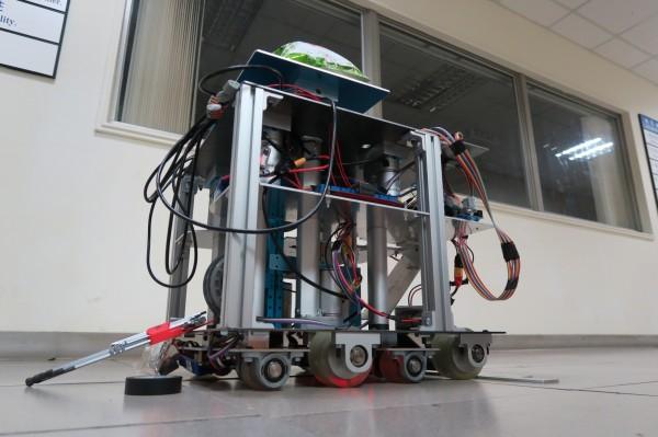 清華大學電機系、動機系、物理系等學生合組機器人團隊,赴美參賽,要設計能舉重、打高爾夫球、爬梯、折返跑、打網球等5項全能的機器人,十分具挑戰性。(清大提供)