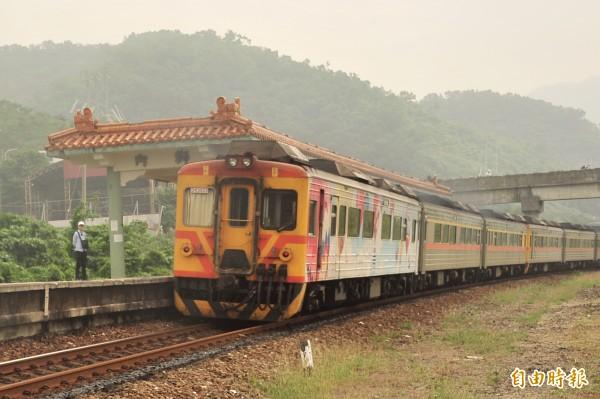 台鐵潮州至台東,9月6日起每週一至四及週六晚上7時以後的班次將減班停駛,改以公路代替運輸。(記者蔡宗憲攝)