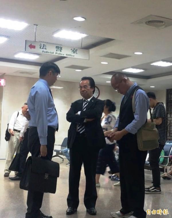 龍騰瑞仕國際公司負責人王文欽(中),今遭北檢傳喚出庭。(記者錢利忠攝)